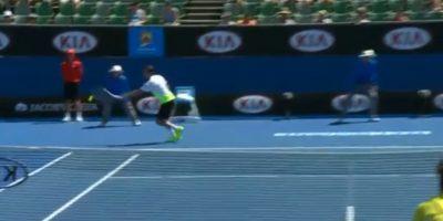 Adrian Mannarino no alcanzó a golpear la bola Foto:Youtube: Australian Open TV