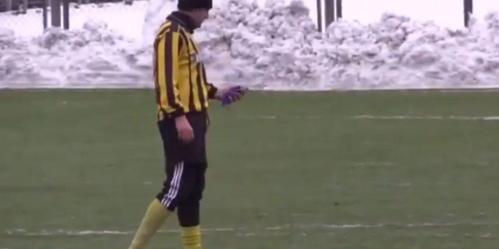 Esperó a que se alejara el balón, para sacar su celular Foto:Youtube: 101greatgoalsFan2
