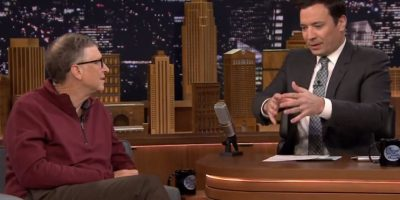 Bill Gates toma agua reciclada de desechos humanos con Jimmy Fallon