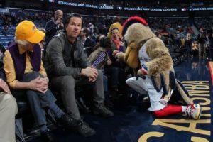 Wahlberg disfrutó del espectáculo. Foto:twitter.com/PelicansNBA