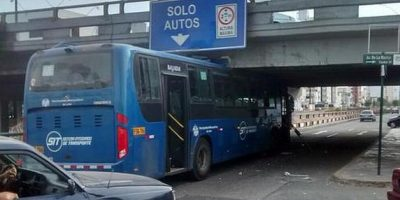 "FOTOS. Bus intentó pasar un puente ""para carros"""