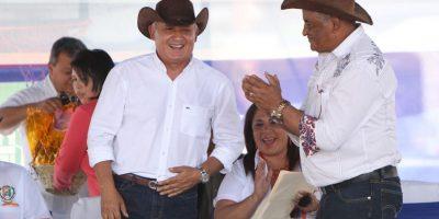 Al estilo del viejo Oeste, Pérez entrega bono en Santa Rosa