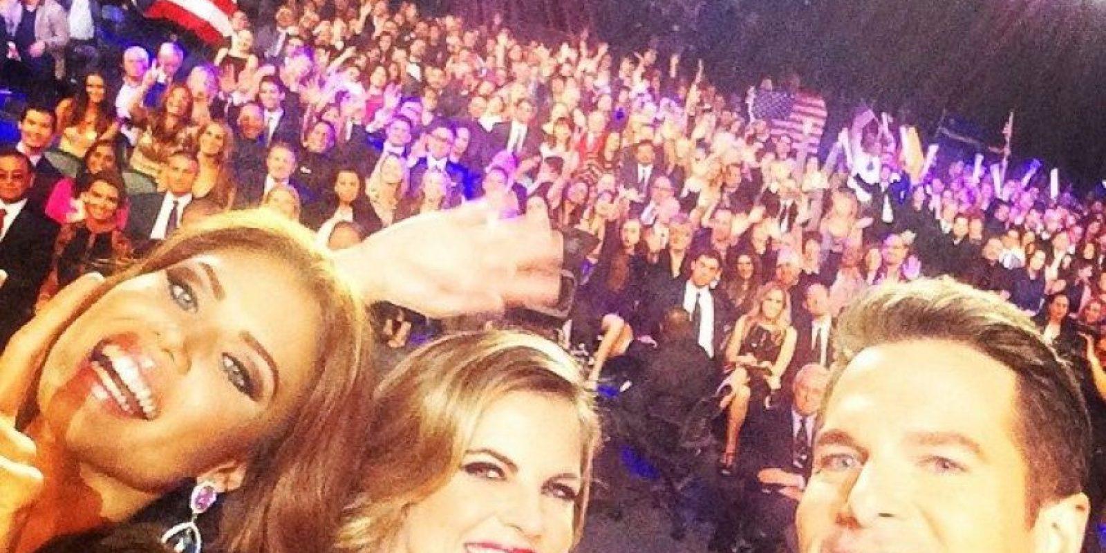 Gabriela Berríos junto a los conductores del evento. Se tomaron un selfie para celebrar el título de Miss Fotogénica Foto:www.facebook.com/MissUniverse/