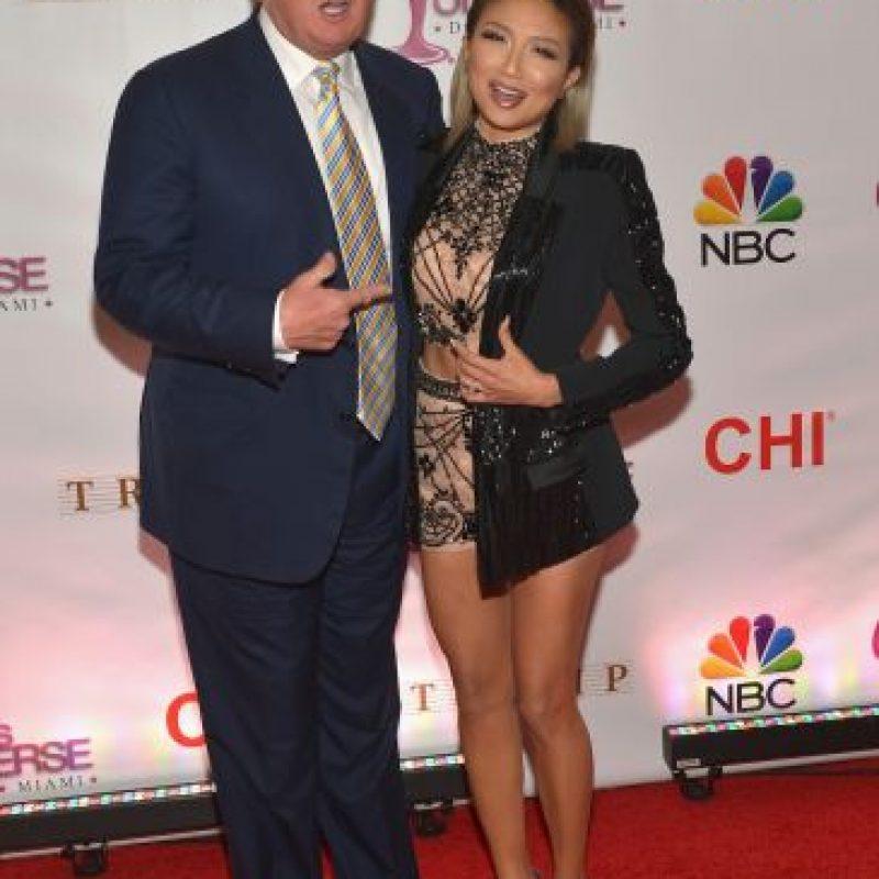 Donald Trump, multimillonario y organizador del concurso, junto a la personalidad de TV Jeannie Mai Foto:Getty Images