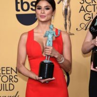 Diane Guerrero con su galardón como Mejor elenco de serie de comedia. Foto:Getty Images