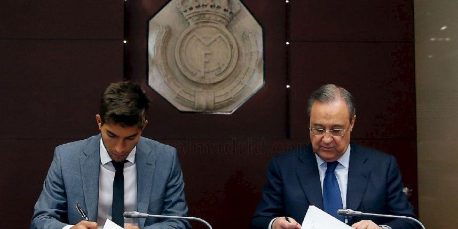 Al firmar su contrato con la institución merengue. Foto:Real Madrid