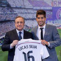 Florentino le dio su nueva camiseta. Foto:Real Madrid