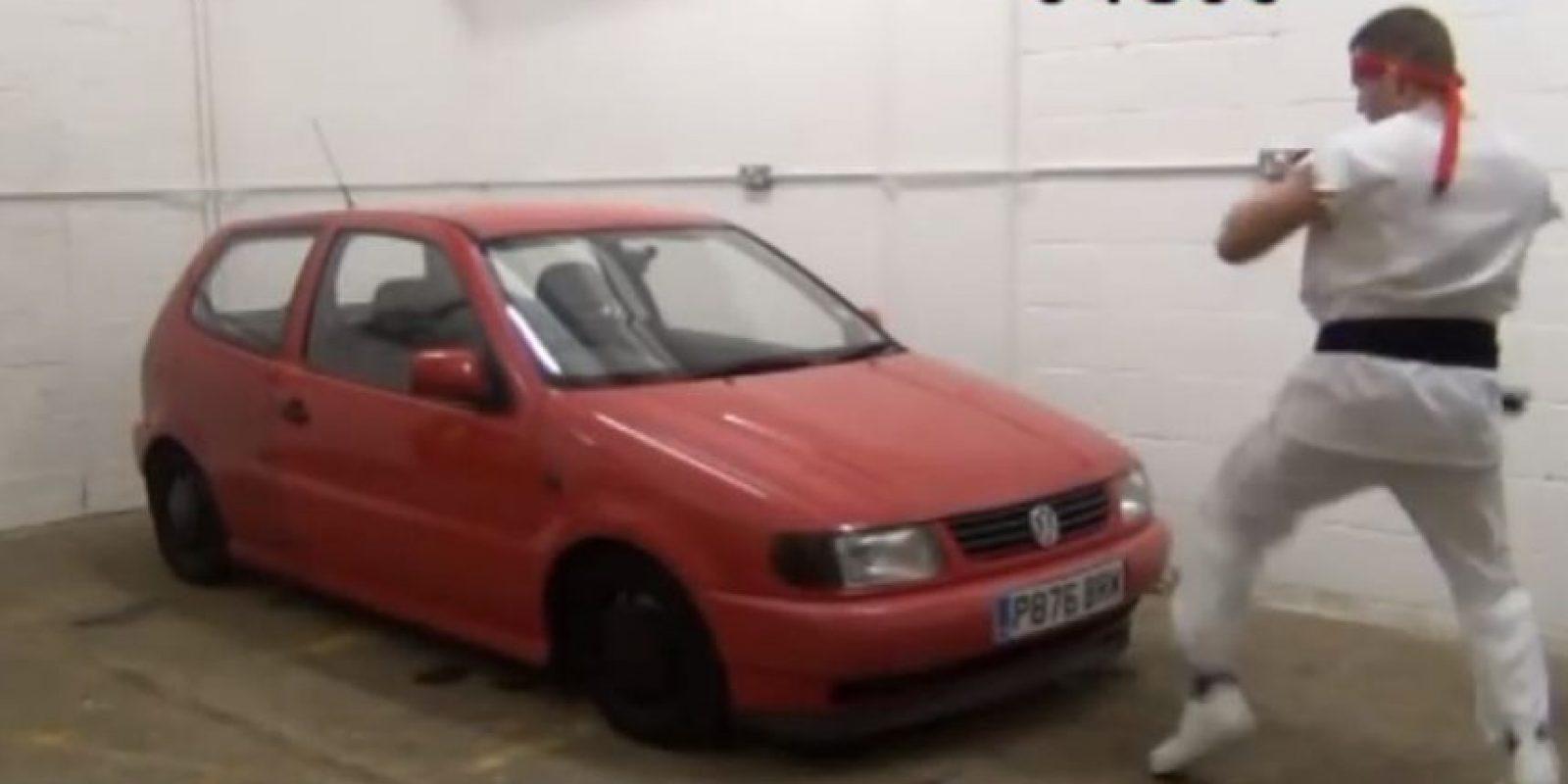 """Este hombre realmente destruyó el auto Foto:Vía Youtube: Paul """"The Kicking Machine"""" Wordsworth"""