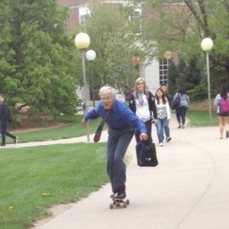 Este, yendo en patineta hacia su clase. Foto:HumorTrain