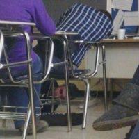 Amarrar los zapatos de un alumno vago. Foto:FunnyPics