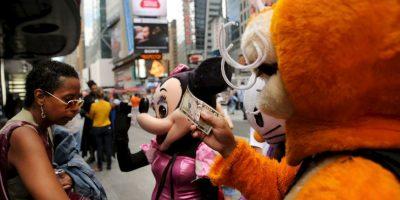 En Times Square se loclizan decenas de hombres y mujeres vestidos de personajes para que los turistas se tomen fotos con ellos. Foto:Getty Images