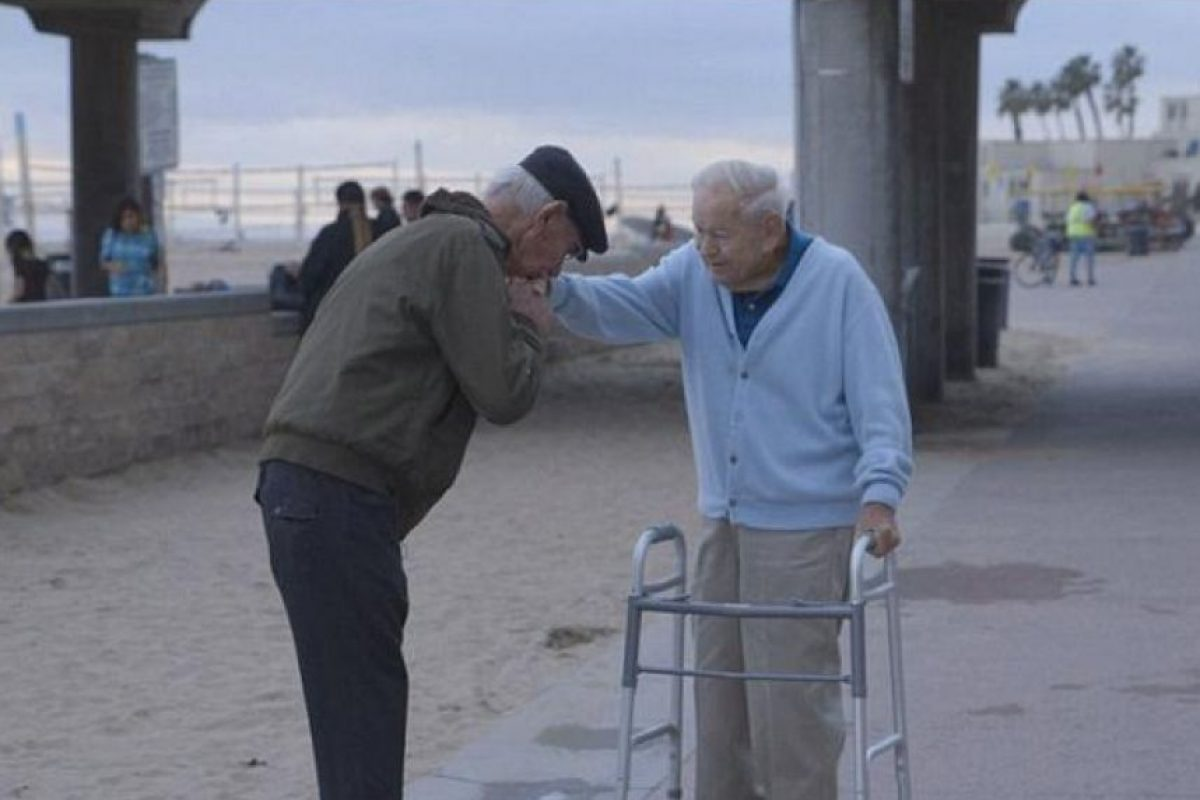 Primero le dio un beso en la mano Foto:Internet