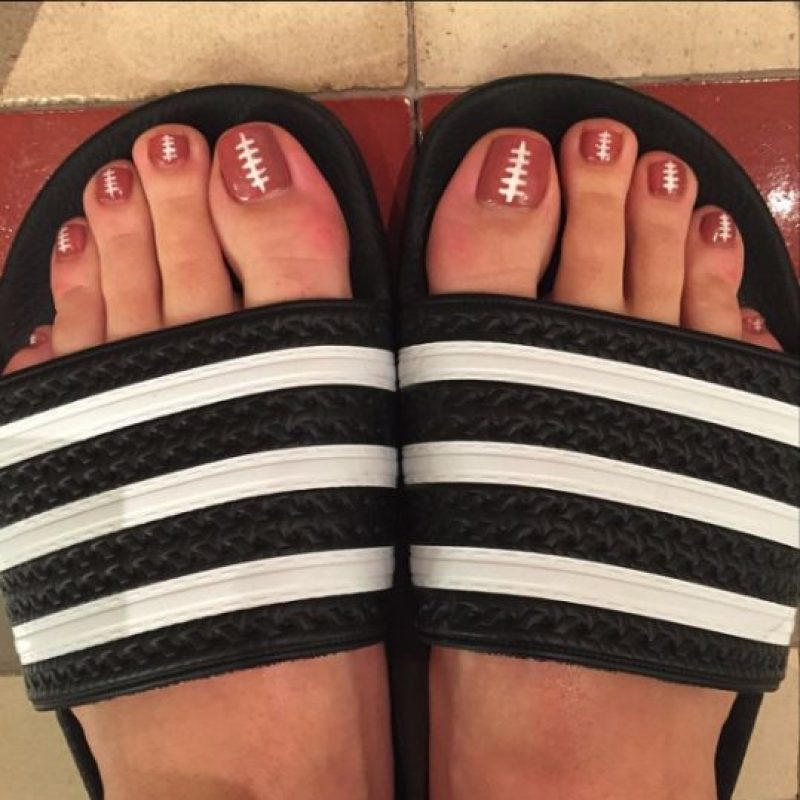 Recientemente compartió su esmalte de uñas con motivos de balón de fútbol américano. Foto:Instagram/Katy Perry