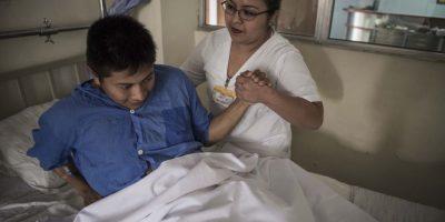 La enfermera Brenda Carreto lo acompaña. Foto:Oliver de Ros