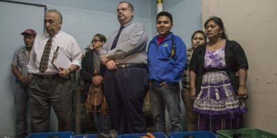 Los comerciantes del mercado Colón asistieron a la conferencia de prensa donde el viceministro de hospitales, Israel Lemus, detalló el listado de alimentos entregado. Foto:Oliver de Ros