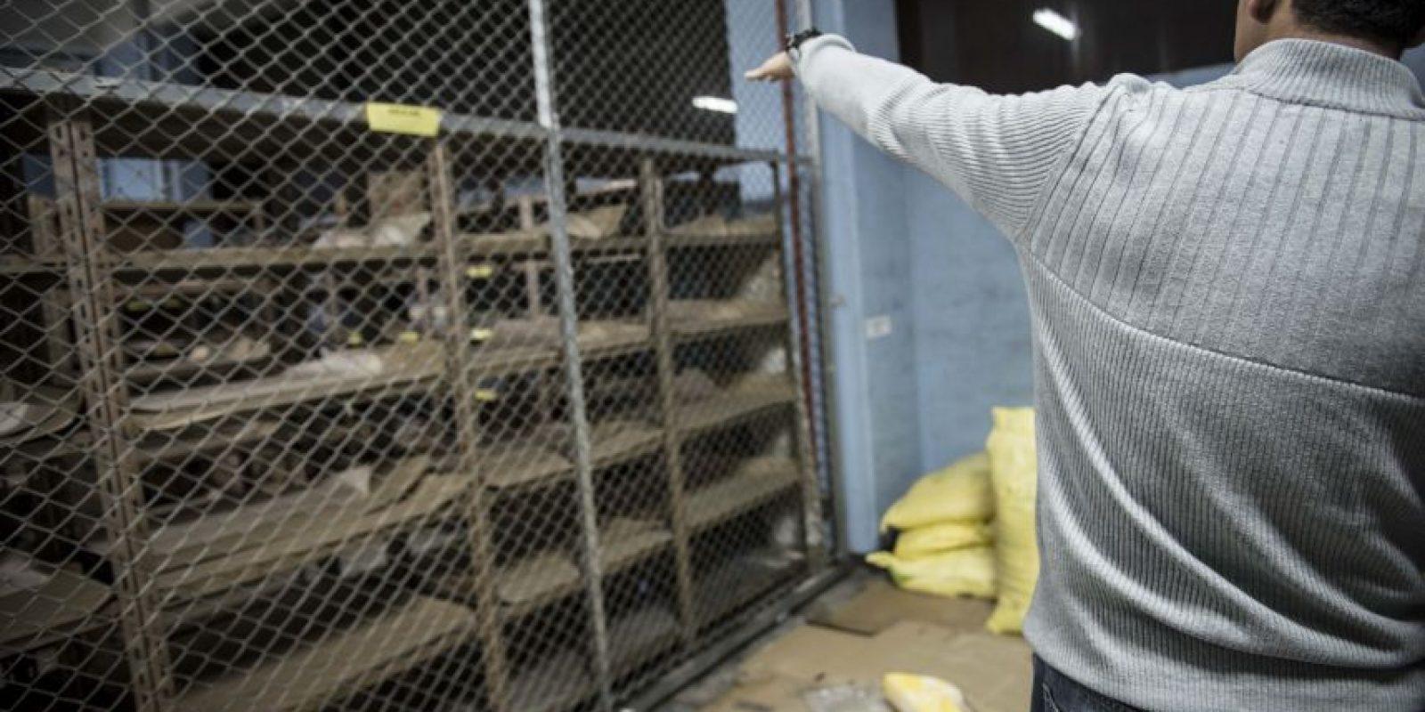 Un trabajador de las cocinas del hospital indica el nivel por donde deberían llegar los sacos de harina y afirma que la cantidad actual de alimentos cubre solamente para las dos próximas semanas. Foto:Oliver de Ros