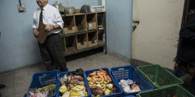 El viceministro de hospitales, Israel Lemus, detalló el listado de alimentos entregado. Foto:Oliver de Ros