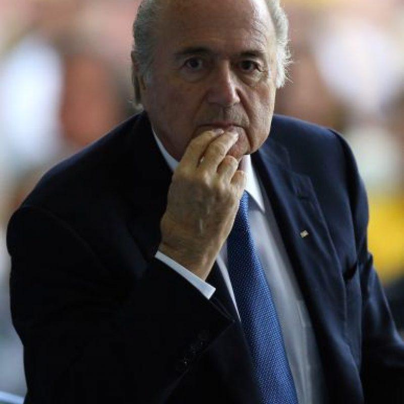 Blatter, de 78 años de edad, ha dirigido a la FIFA desde 1998, busca un nuevo periodo y su mandato se ha visto envuelto en polémica por rumores sobre sobornos. Foto:Getty Images