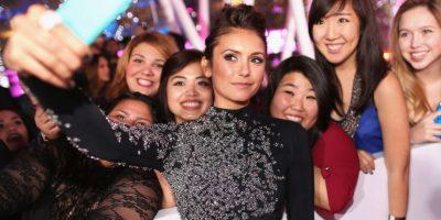 Nina Dobrev tomándose un selfie con sus fans Foto:Getty Images