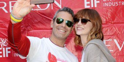 Andy Cohen y Emma Stone sonrieron para la foto Foto:Getty Images