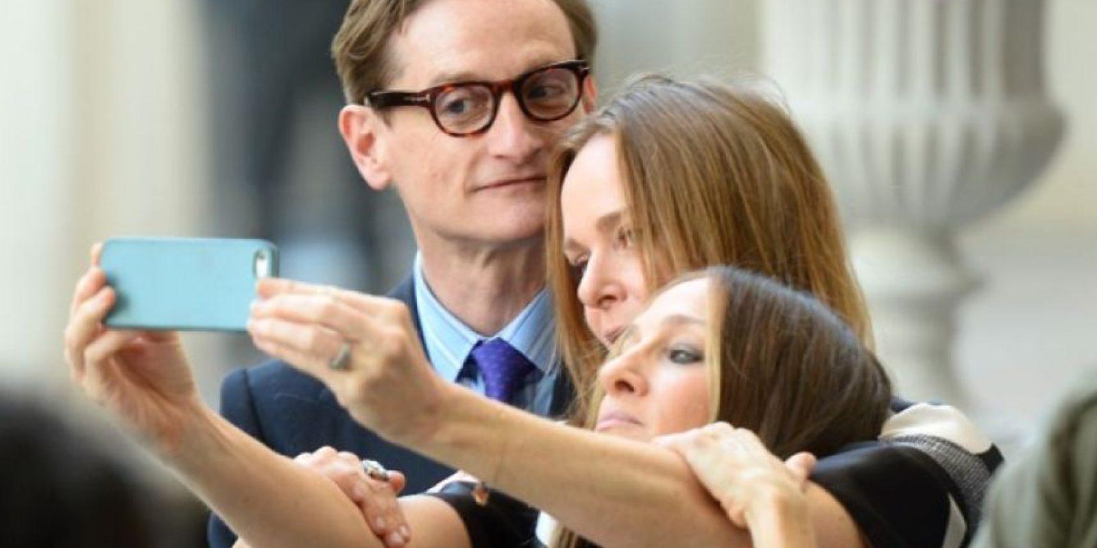 Selfie entre amigos, Hamish Bowles, Stella McCartney y Sarah Jessica Parker Foto:Getty Images