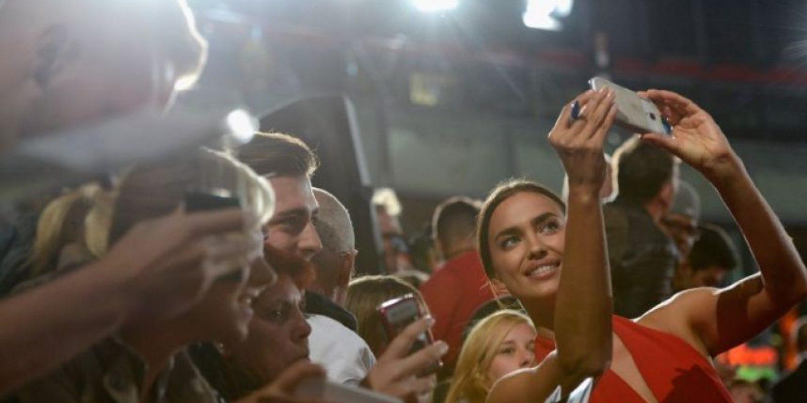 Irina Shayk, un selfie con sus fans Foto:Getty Images