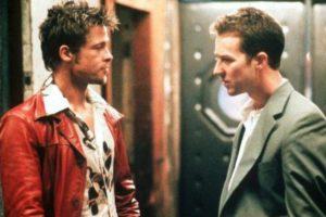 """El director de """"Fight Club"""" (1999), David Fincher, aprovechó un momento de ebriedad de Brad Pitt y Edward Norton para filmar la escena donde golpean algunas pelotas de golf. Foto:IMDB"""