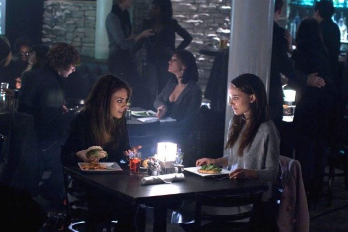 """Darren Aronofsky y otros miembros del elenco de la cinta """"Black Swan"""" (2010) aseguraron que Natalie Portman y Mila Kunis bebieron tequila antes de filmar la escena en la que tiene relaciones sexuales. Foto:IMDB"""