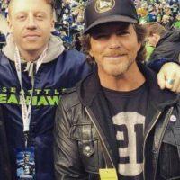El vocalista de Pearl Jam (derecha) sigue a los Seahawks Foto:Getty