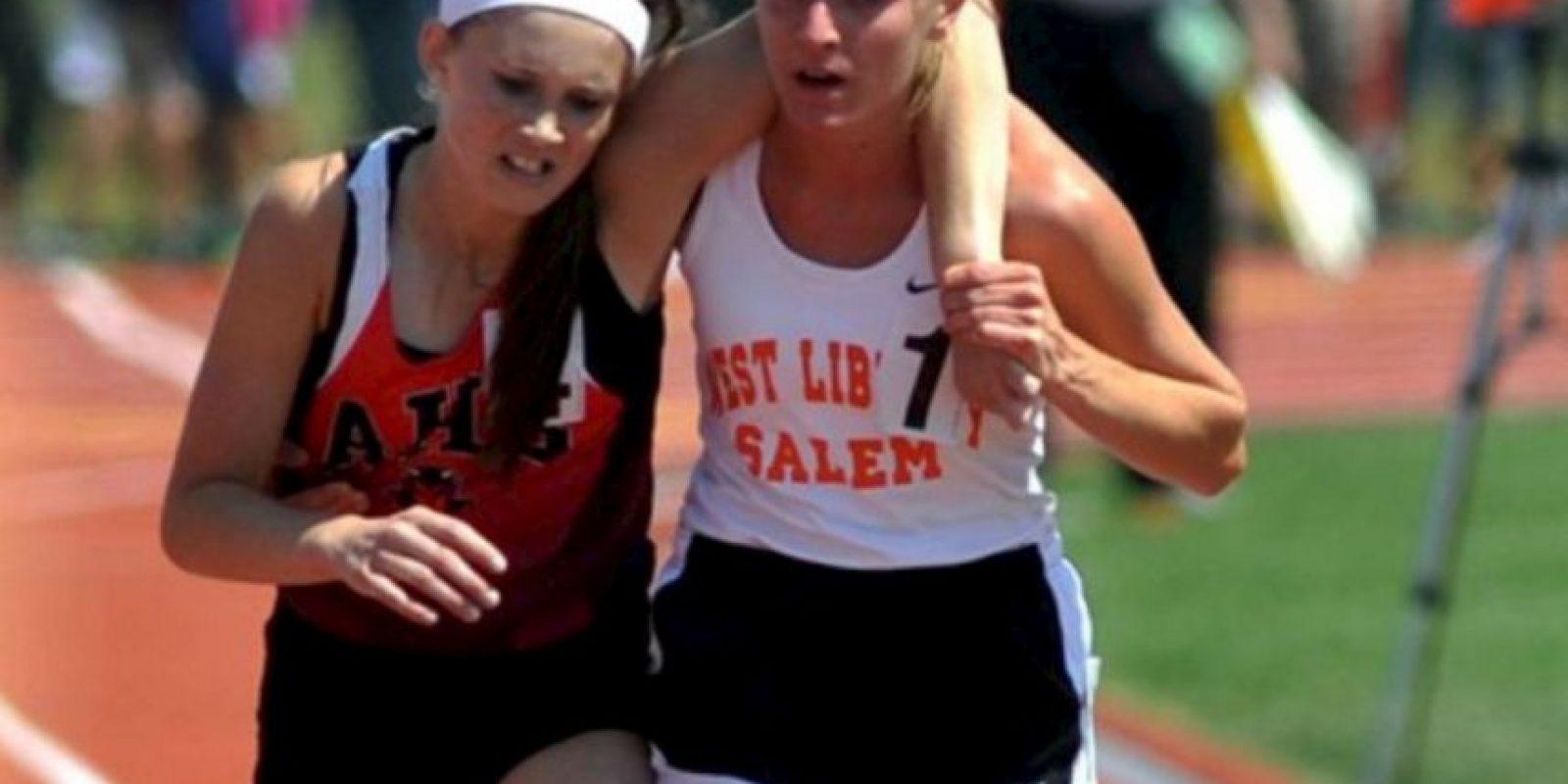 En Ohio, en 2007, esta atleta ayudó a otra a terminar su carrera. Foto:AP