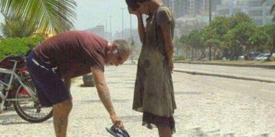 Este hombre da sus zapatos a una indigente. Foto:Tumblr