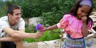 Este turista regala algo a una niña. Foto:Getty