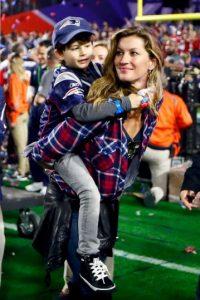 Gisele Bündchen en familia para mostrar su euforia por el triunfo de Nueva Inglaterra. Foto:Getty Images