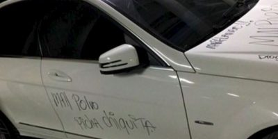 Pintada en su auto blanco. Foto:Facebook/Zona Cero