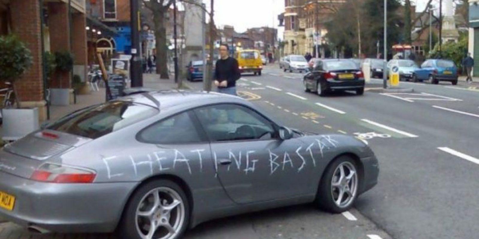 La que raya el auto. Auch. Foto:Facebook