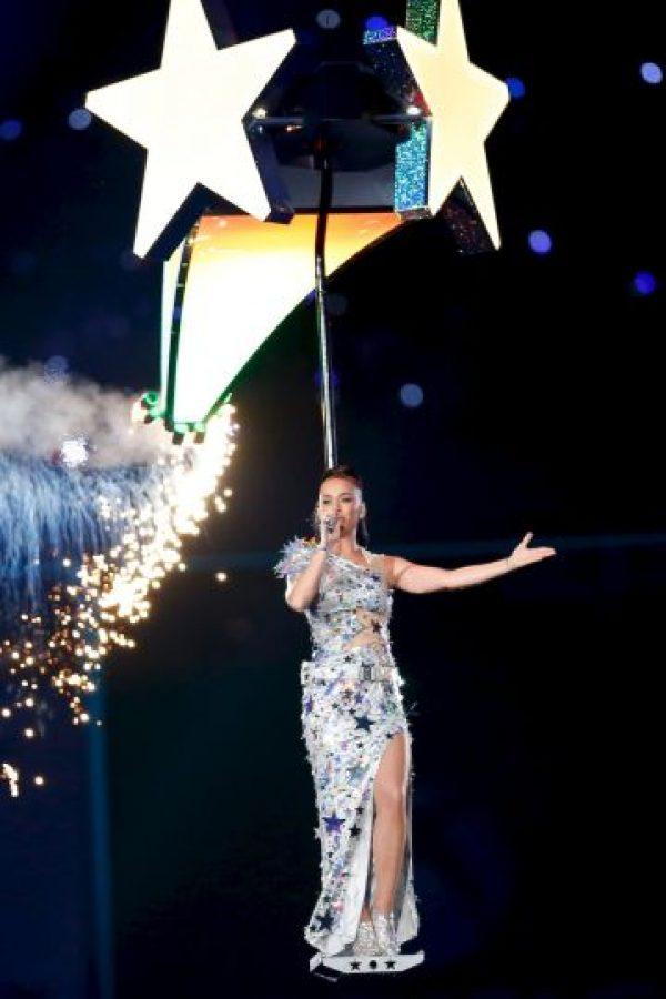 """Sobre los cambios de vesturario de Katy Perry, asumello61 indicó que """"había un equipo entero de guardarropa vestido en trajes estilo NBQ (haz-mat) todos blancos, dedicados a correr dentro y fuera del escenario y cambiar sus prendas, que eran, en su mayoría, de broches rápidos"""". Foto:Getty Images"""