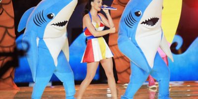 """Según Prathios, los tiburones """"originalmente iban a ser bailarines de la Mesa Community College, pero 2-3 días antes de la presentación, Katy decidió que quería a su propia gente en el disfraz"""" Foto:Getty Images"""