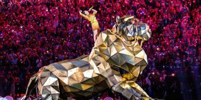 """En cuanto al león, Prathios comentó que """"estaba soportado por un enorme marco de acero en ruedas que iba hacia su estructura. El exterior estaba hecho por lo que pienso que era fibra de vidrio cubierta en esa cubierta dorada… Estaba más cerca de ser una carcaza que otra cosa"""". Foto:Getty Images"""
