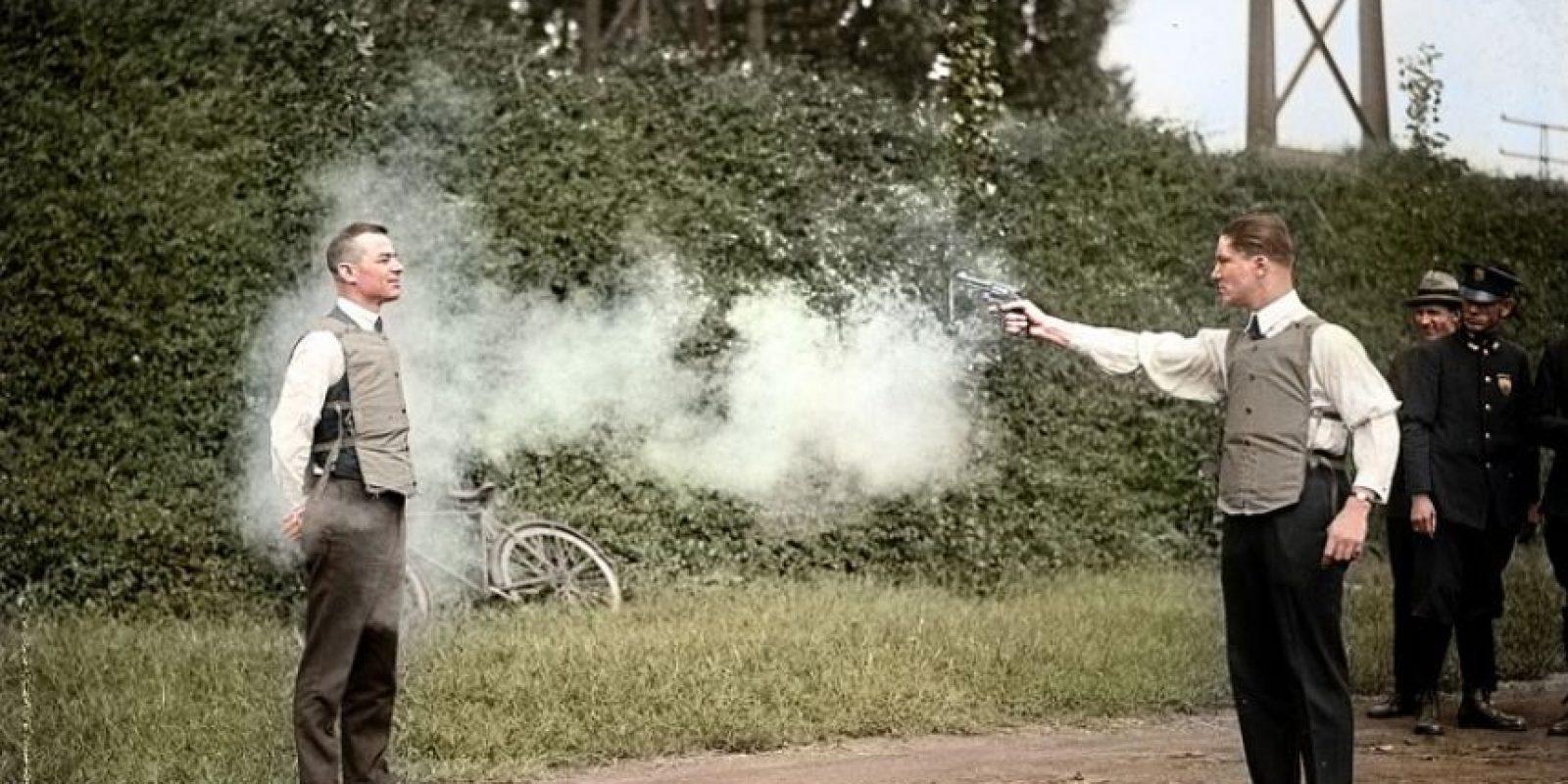 Probando el chaleco antibalas, 1923.