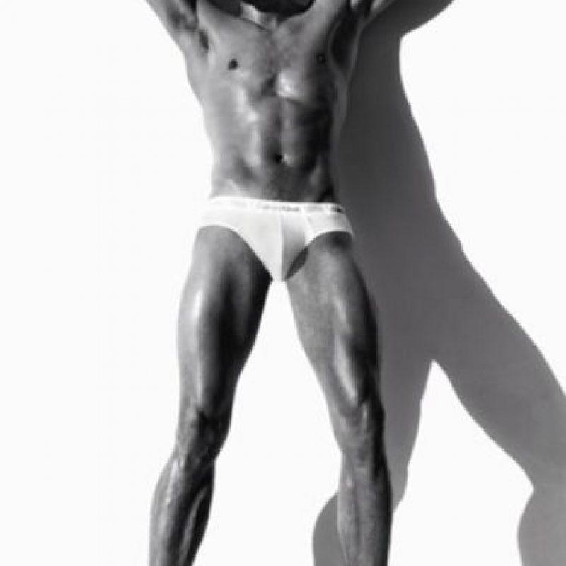 Por supuesto, su presencia. Anastasia Steele describe a Grey como el epítome de belleza masculina. Y eso es Dornan. Foto:Calvin Klein