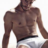 """Christian Grey (o Jamie Dornan) puede """"encender a una mujer"""" con solo mirarla. Foto:Calvin Klein"""