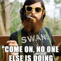 Barba, en el caso de los hombres. Camisetas con logos irónicos. Pantalones y chaquetas de tweed. Loafers. Foto:Pinterest