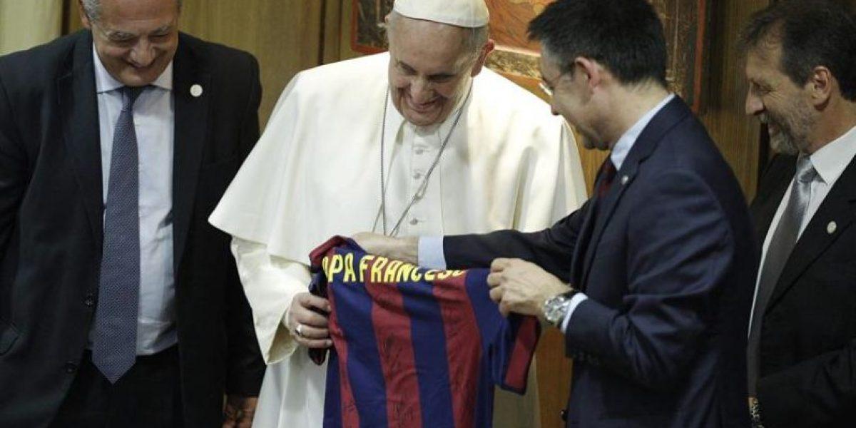 FOTOS. El papa Francisco recibe una camisola del Barça con su nombre