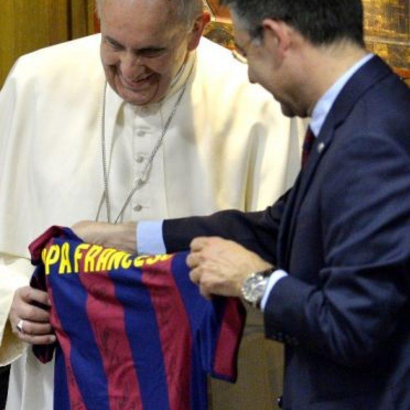 El Pontífice recibió la camisola de manos de Josep Maria Bartomeu, presidente del club azulgrana. Foto:AFP y EFE