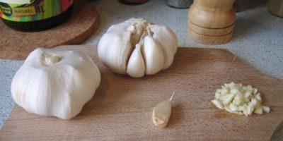 El ajo contiene alicina, compuesto que ayuda a diluir la sangre. Esto mejora la circulación de la sangre, la cual es necesaria para una erección y una mayor resistencia. Foto:Pixabay