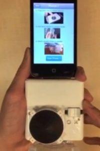 """Este dispositivo """"puede hacer que algunos diagnósticos de laboratorio sean accesibles a casi todas las poblaciones que tienen acceso a teléfonos inteligentes"""", explicó Sia. Foto:Vía Youtube: Sia Lab"""
