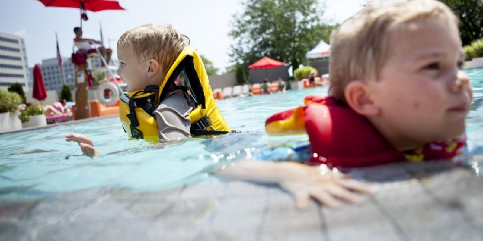 Podemos pedirle que lance juguetes al agua para que vea cómo flotan. Foto:Getty Images