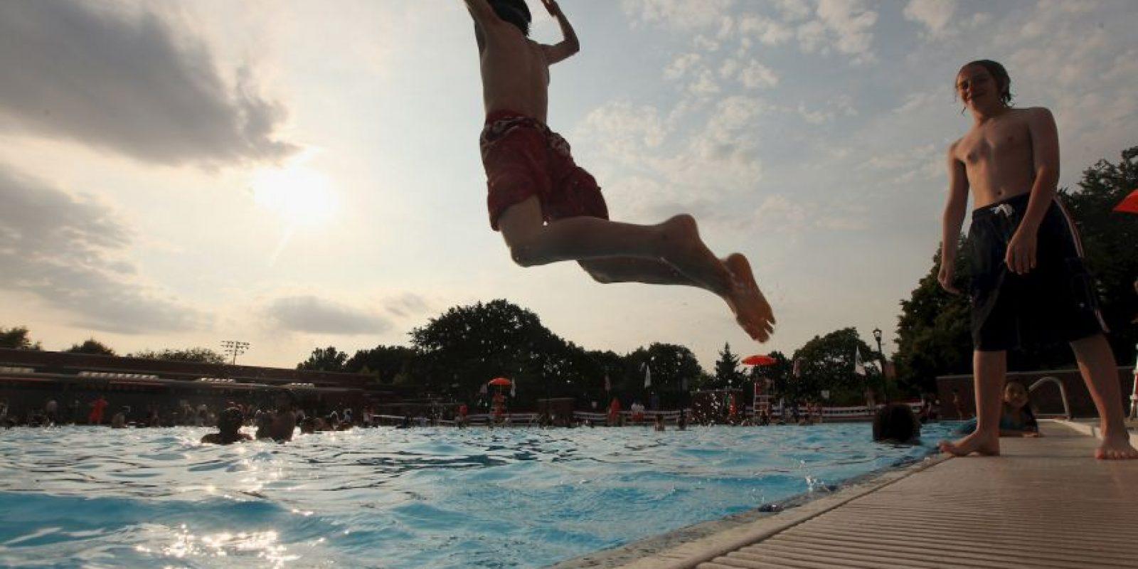 Es bueno que vea a otros niños jugando en la piscina, Foto:Getty Images