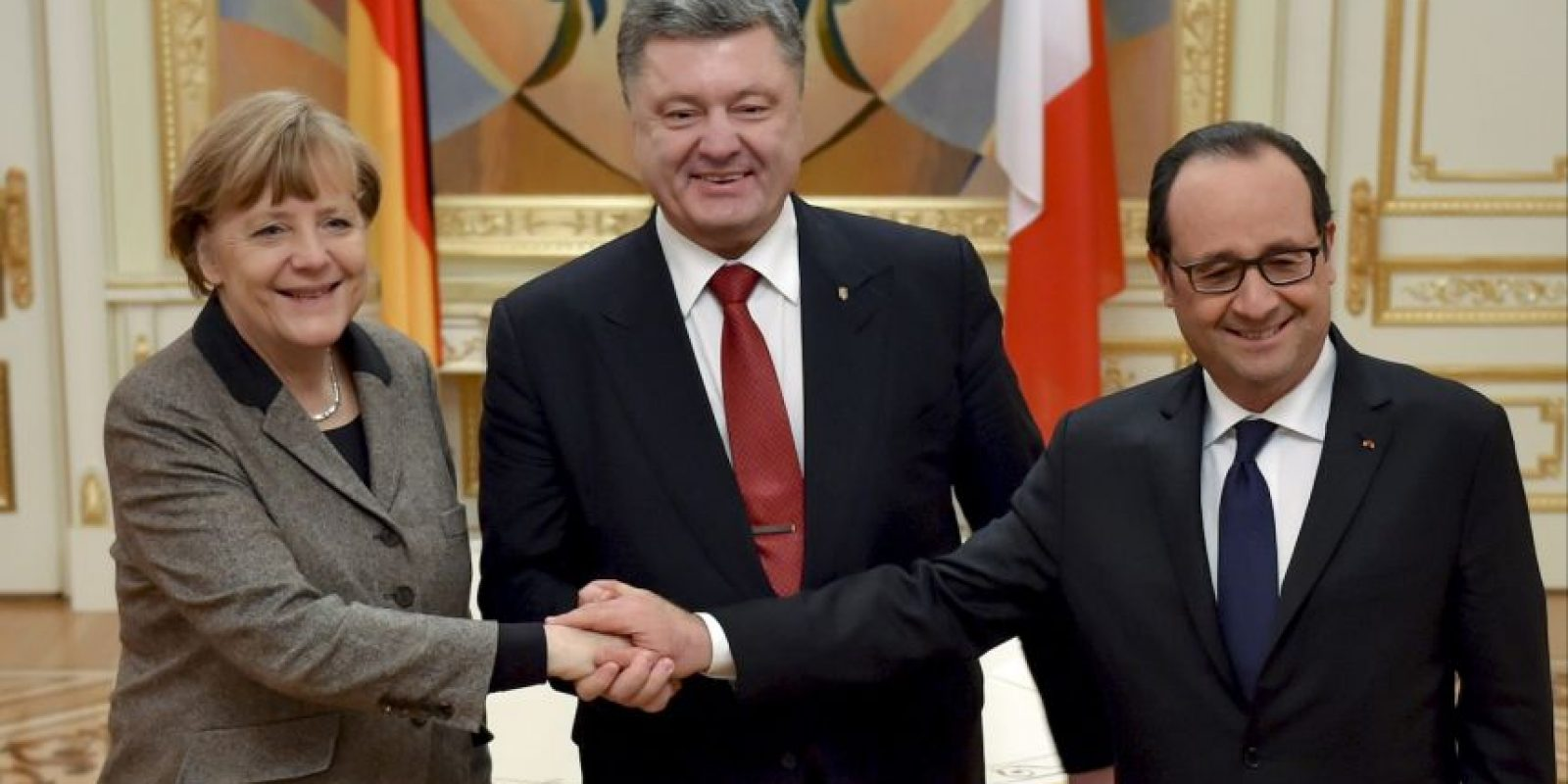 La canciller alemana, Angela Merkel junto al Presidente de Ucrania, Petro Poroshenko y el mandatrio francés, François Hollande. Foto:AP