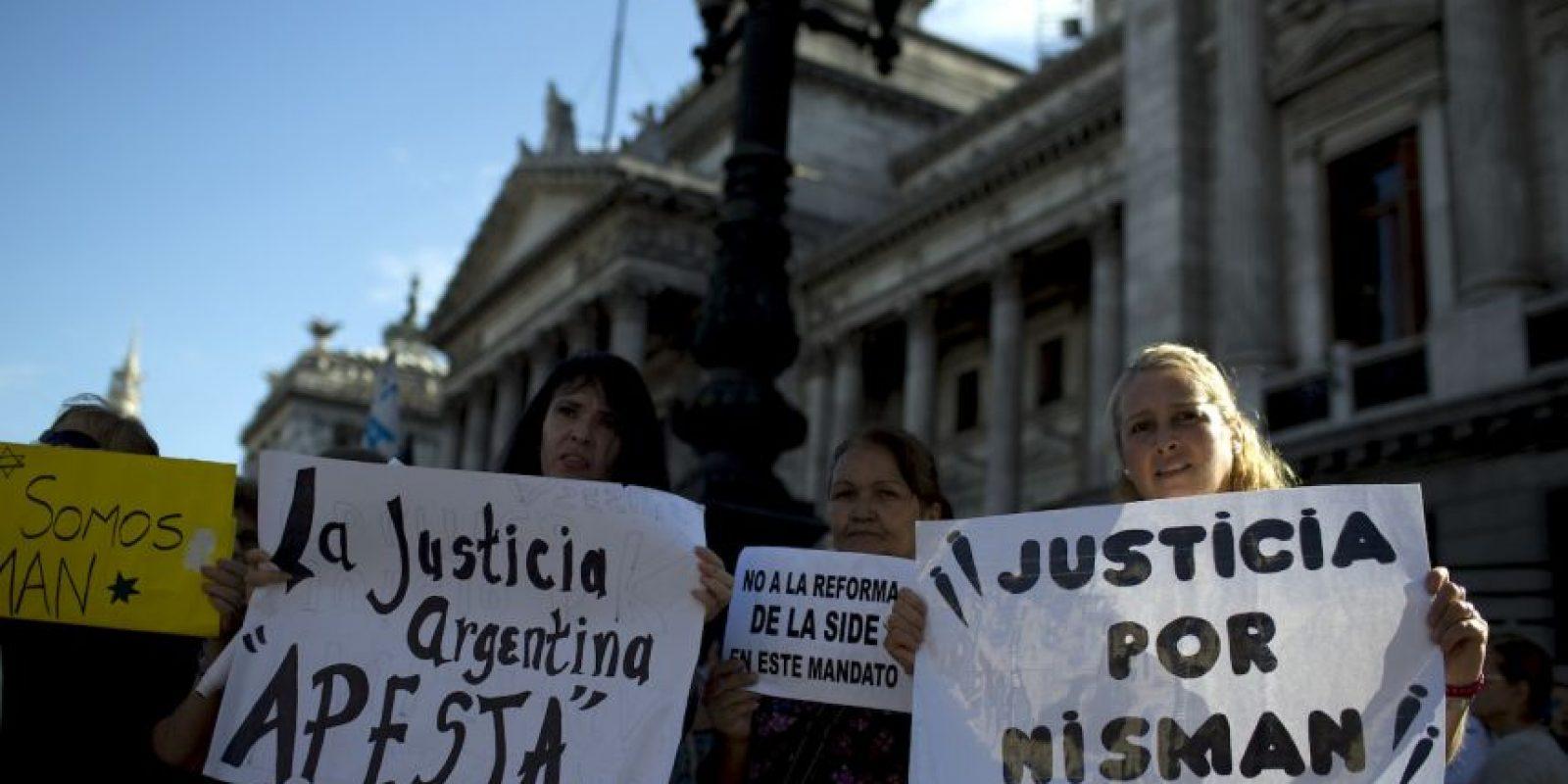 En las calles de Buenos Aires se han realizado algunas protestas pidiendo esclarecer el asesinato del fiscal Alberto Nisman. Foto:AP